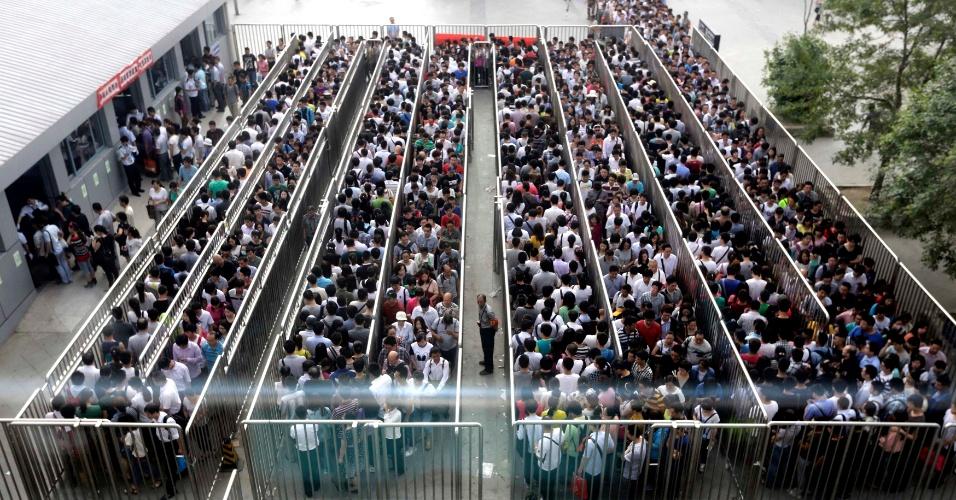 27.mai.2014 - Passageiros esperam em fila para verificação de segurança na estação de trem de Tiantongyuan, em Pequim, na China, nesta terça-feira (27). A capital chinesa tornou mais rigorosos os controles de segurança em estações de trem e metrô após a sequência de explosões em um mercado de Xinjiang, no noroeste do país, no último sábado (24). As explosões em Xinjiang deixaram 31 mortos
