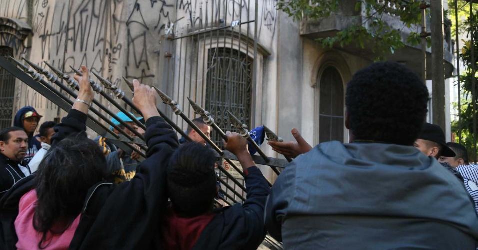 27.mai.2014 - Um grupo de sem-teto invadiu a igreja Nossa Senhora do Carmo durante protesto na manhã desta terça-feira (27), contra a reintegração de posse de um prédio ocupado na região da praça da Sé, no centro de São Paulo. Os sem-teto reivindicam moradia e querem ser incluídos em cadastros da Prefeitura de São Paulo para a construção de unidades habitacionais