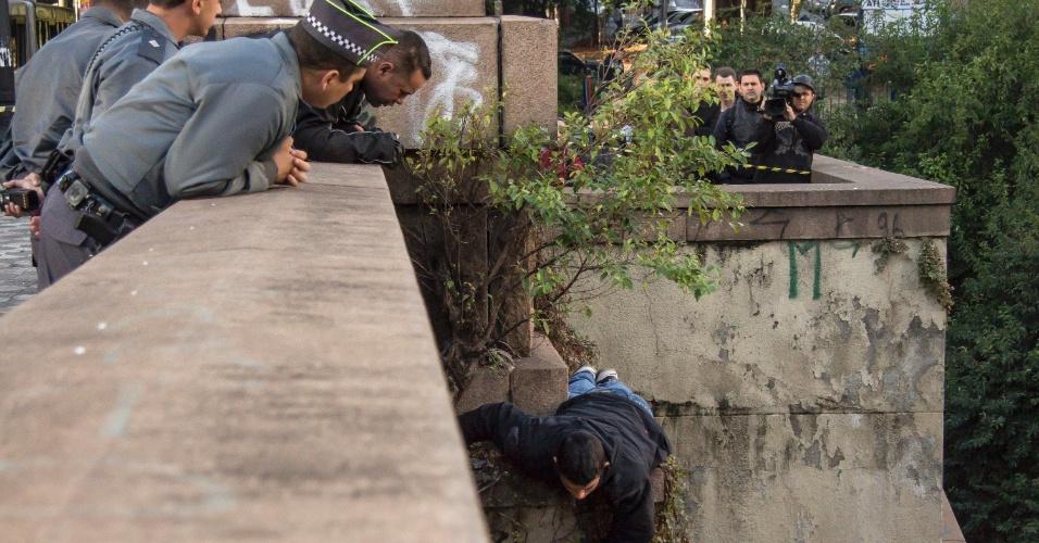 27.mai.2014 - Um homem de cerca de 30 anos ameaçou pular do viaduto Nove de Julho, na região central de São Paulo, na manhã desta terça-feira (27). Bombeiros e policiais impediram o suicídio. Pedestres que passavam pelo local aplaudiram quando o homem foi imobilizado e puxado para a calçada