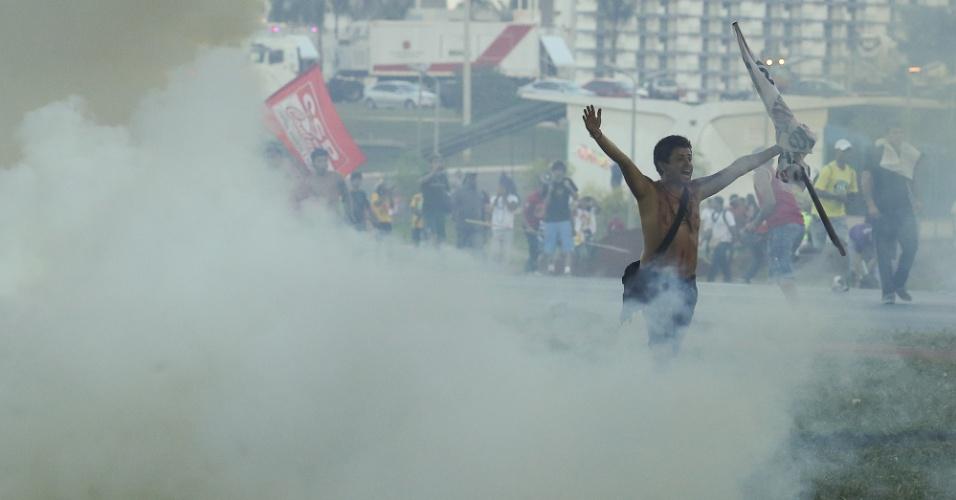 27.mai.2014 -Índios atiram flechas contra a polícia durante manifestação contrária à Copa, em Brasília, nesta terça-feira (27). Os índios fizeram manifestação pedindo remarcação de terras, e entraram em confronto com a polícia ao tentar se aproximar do local onde a Taça da Copa do Mundo estava sendo exposta à visitação pública