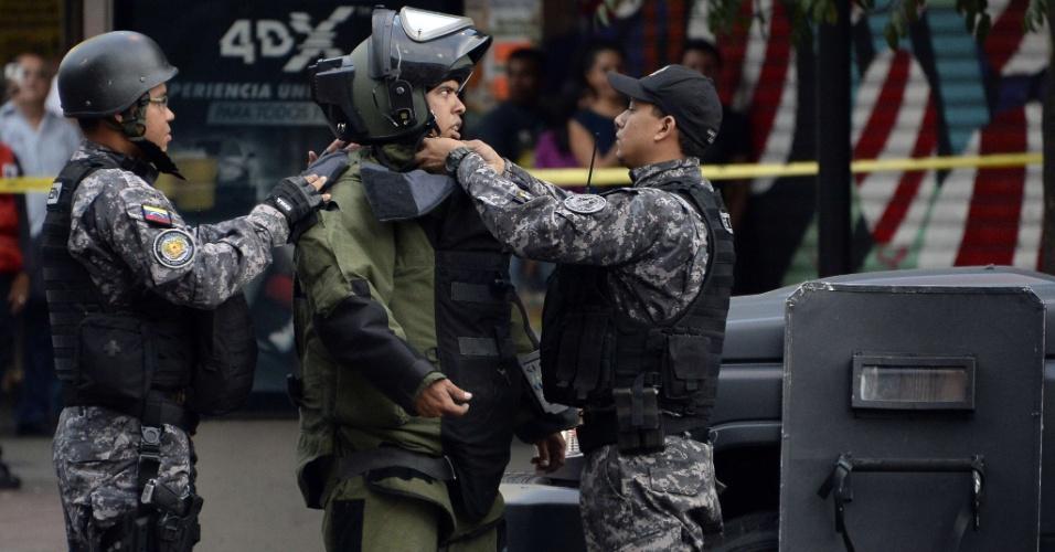 27.mai.2014- Membros da unidade antiexplosão participam de operação depois da divulgação de que havia um explosivo em Caracas, nesta terça-feira (27)
