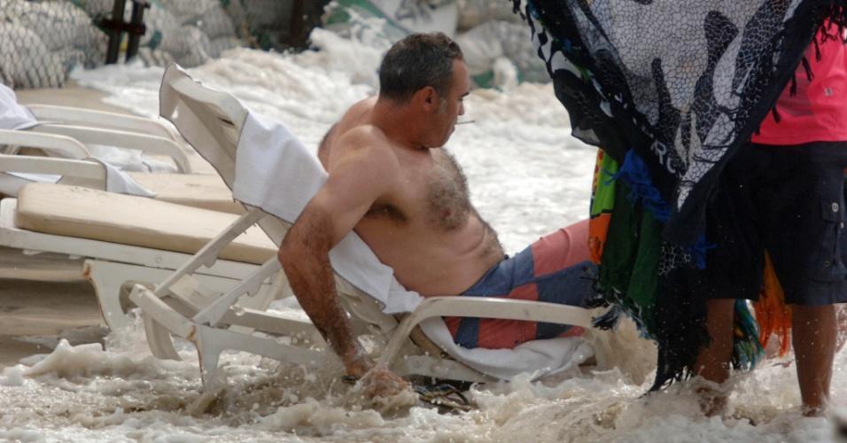 Ressaca do mar surpreendeu banhistas na praia de Copacabana, na zona sul do Rio de Janeiro, nesta terça-feira (27)