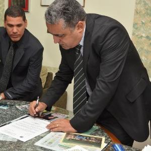 O prefeito interino de Cubatão, Wagner Moura (PT), assina a notificação judicial para assumir o governo