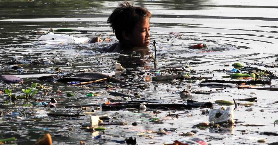 Diário dos Sonhos de EmersonPawoski - Página 25 28mai2014---menino-nada-em-um-rio-poluido-para-coletar-material-reciclavel-em-bacoor-ao-sul-de-manila-nas-filipinas-1401294592040_956x500