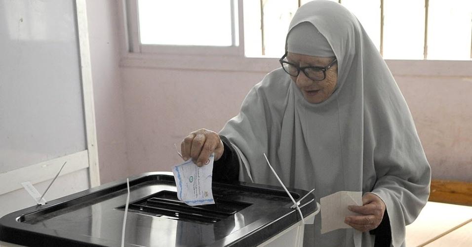 28.mai.2014 - Mulher deposita voto em urna, na cidade de Alexandria, no Egito. Poucos eleitores compareceram neste dia adicional de votação decretado pela Comissão Eleitoral para obter maior participação dos eleitores