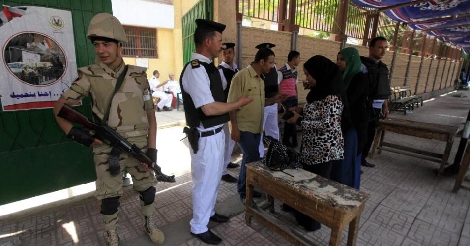 28.mai.2014 - Mulheres comparecem a seção eleitoral no Cairo, Egito. Esta é a primeira eleição após a derrubada do presidente islâmico Mohamed Mursi. Poucos eleitores compareceram neste dia adicional de votação, decretado pela Comissão Eleitoral para obter maior participação dos eleitores