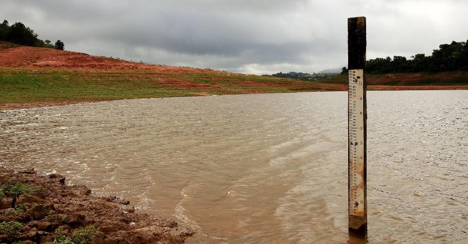 28.mai.2014 - Vista da represa Jaguari-Jacareí na cidade de Vargem, no interior de São Paulo, perto da divisa com Minas Gerais. Apesar da chuva dos últimos dias, o volume de água do Sistema Cantareira continua a cair