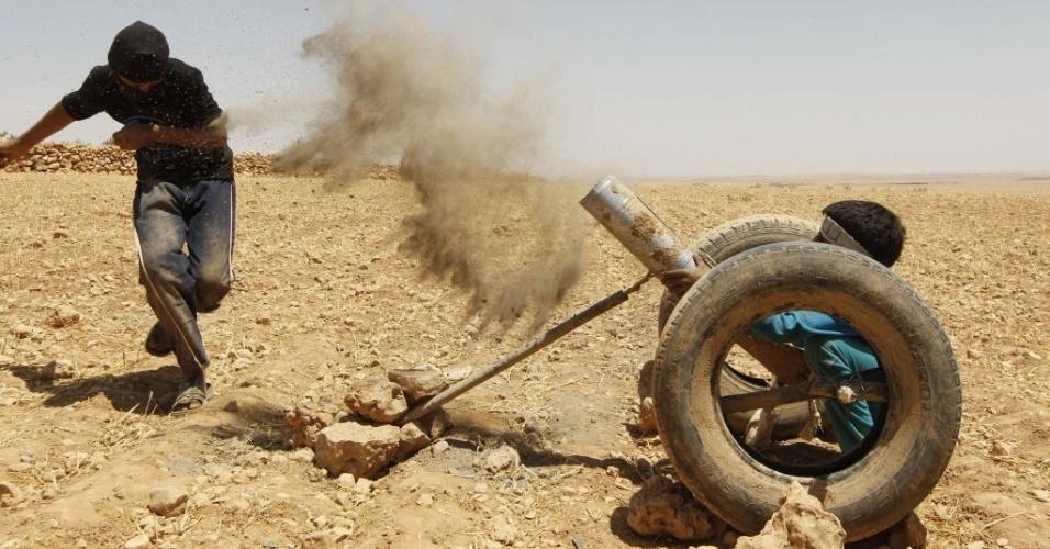 29.mai.2014 - Menino sírio simula tiro com arma falsa durante treinamento com estilo semelhante a 'militar' em área rural de Hama, no oeste da Síria, em foto tirada na quarta-feira (28) e divulgada nesta quinta-feira. A maioria dos meninos tem parentes no Exército Livre da Síria (ELS) e formou sua própria