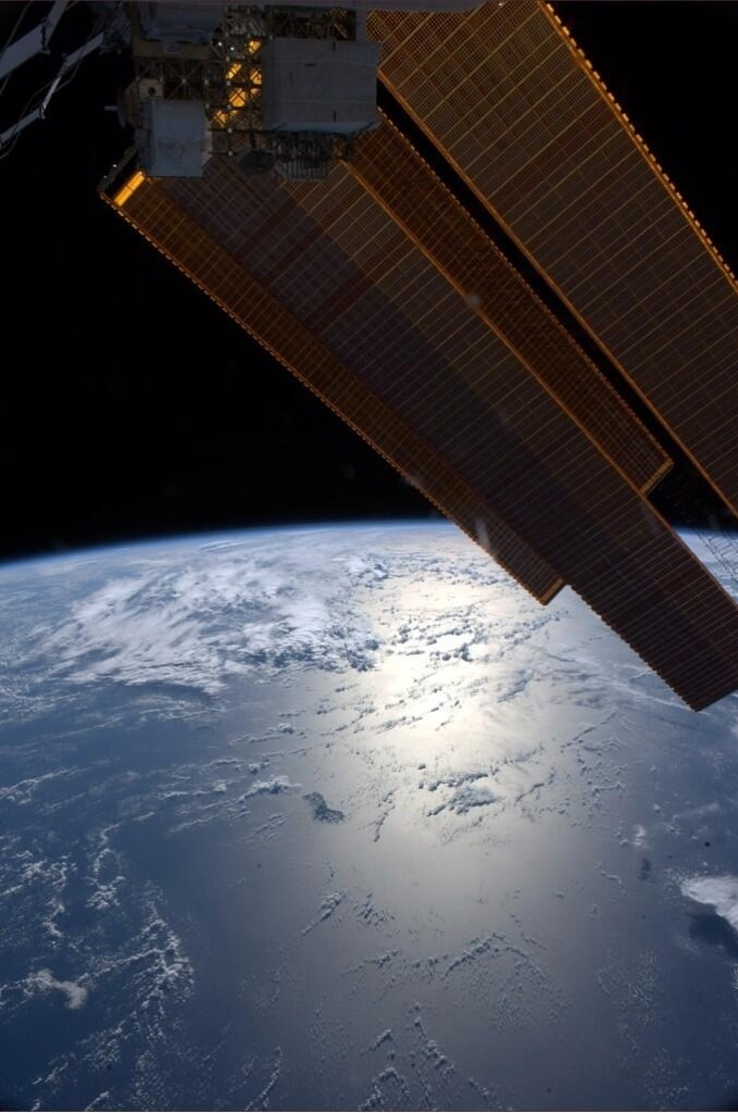 """2.jun.2014 - """"Boa noite da ISS. Painéis solares brilham se aproximando da Austrália"""", postou o astronauta da Nasa Reid Wiseman, um dos tripulantes da Missão 40 da ISS (Estação Espacial Internacional), na sua conta de Twitter no dia 30 de maio. Ele integra a Missão 40 da ISS (Estação Espacial Internacional) e tem retratado o cotidiano da operação através da rede social"""