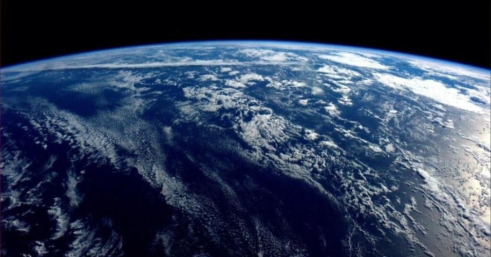 """2.jun.2014 - """"Boa noite do espaço. Nosso planeta é quase todo oceano e tão bonito"""", postou o astronauta da Nasa Reid Wiseman, um dos tripulantes da Missão 40 da ISS (Estação Espacial Internacional), na sua conta de Twitter nesse domingo (1º). Ele integra a Missão 40 da ISS (Estação Espacial Internacional) e tem retratado o cotidiano da operação através da rede social"""
