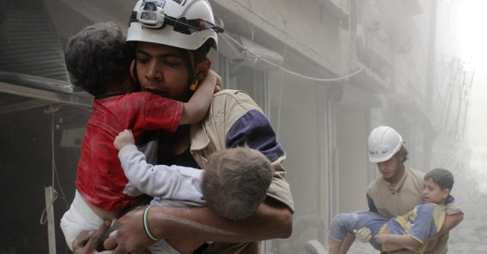 2.jun.2014 - Equipes de resgate da Defesa Civil retiram crianças e áreas bombardeadas por forças leais ao ditador Bashar Assad, em Aleppo, na Síria