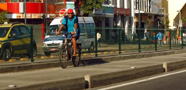 Pedestres e ciclistas ignoram riscos de atropelamento e andam pela faixa do BRT Transcarioca