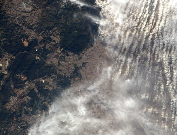 2.jun.2014 - O astronauta da Nasa Reid Wiseman, um dos tripulantes da Missão 40 da ISS (Estação Espacial Internacional) registrou o céu carregado de nuvens em São Paulo e postou a foto no seu perfil no Twitter no dia 31 de maio, com a hashtag #worldcup (Copa do Mundo). Ele tem retratado o cotidiano da operação através da rede social