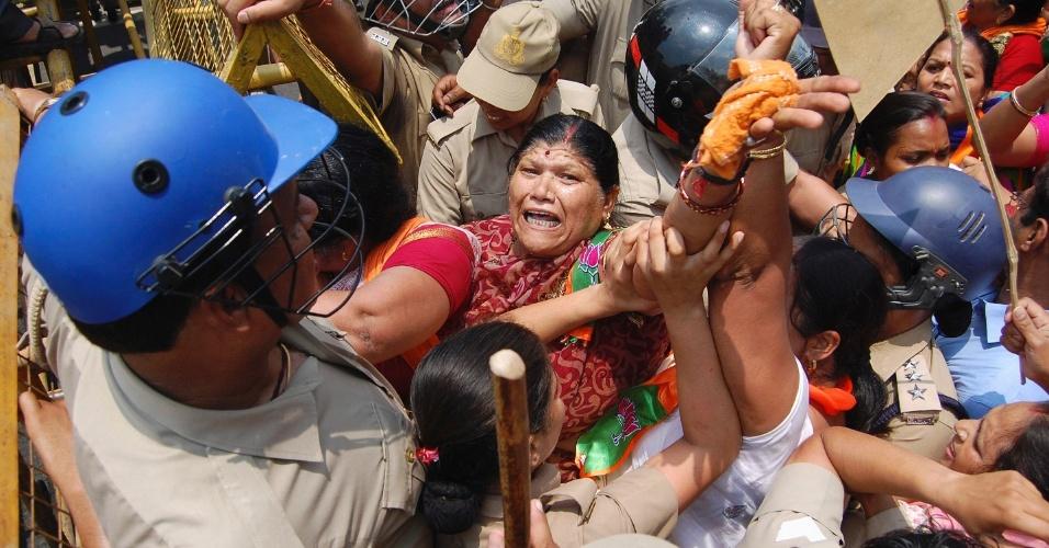 2.jun.2014 - oliciais e manifestantes entram em confronto durante protesto contra o estupro e enforcamento de duas meninas na capital do Estado de Uttar Pradesh