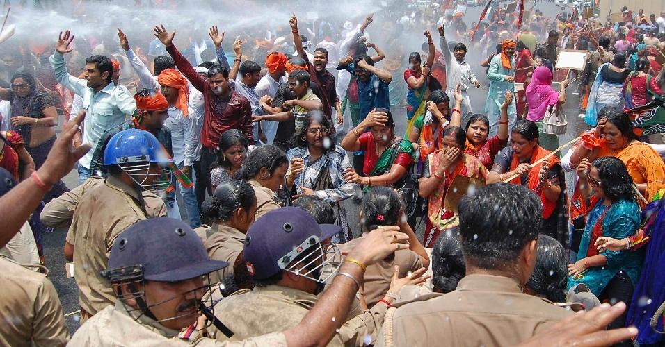 2.jun.2014 - Polícia usa canhão de água para impedir que manifestantes cheguem até o escritório de Akhilesh Yadav, ministro-chefe do Estado de Uttar Pradesh