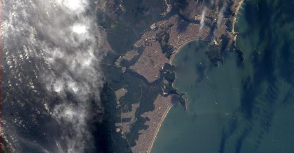 """2.jun.2014 - """"Um bom dia para ir à praia em Santos, Brasil"""", postou o astronauta da Nasa Reid Wiseman, um dos tripulantes da Missão 40 da ISS (Estação Espacial Internacional), na sua conta de Twitter no dia 31 de maio. Ele integra a Missão 40 da ISS (Estação Espacial Internacional) e tem retratado o cotidiano da operação através da rede social"""