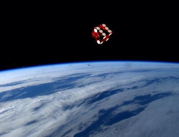 """2.jun.2014 - Um simples brinquedo da minha infância faz uma imagem legal no espaço"""", postou o astronauta da Nasa Reid Wiseman, um dos tripulantes da Missão 40 da ISS (Estação Espacial Internacional), na sua conta de Twitter nesse domingo (1º). Ele integra a Missão 40 da ISS (Estação Espacial Internacional) e tem retratado o cotidiano da operação através da rede social"""