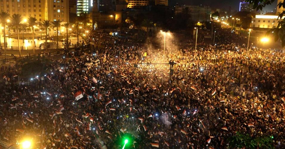 3.jun.2014 - Egípcios celebram vitória do ex-chefe do Exército Abdel Fattah al-Sisi na eleições presidenciais na praça Tahrir, no Cairo, nesta terça-feira (3). Ele recebeu com 96,91% dos votos, enquanto o seu único rival, o líder da esquerda Hamdeen Sabbahi, teve apenas 3,09% dos votos. O governo interino instalado por Sisi eliminou da cena política o principal movimento de oposição, o grupo islamita Irmandade Muçulmana