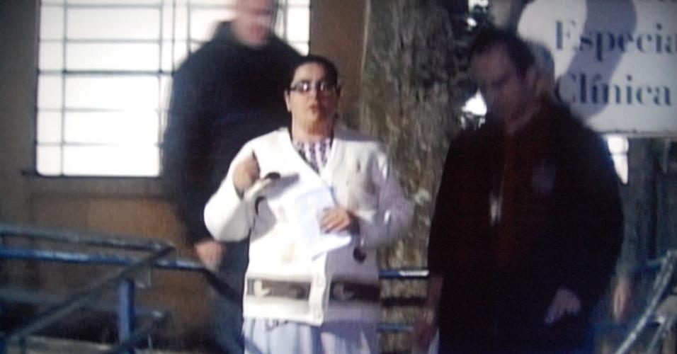 4.jun.2014 - A advogada Ieda Cristina Martins, 42, foi solta em São Paulo na noite desta terça-feira (3), após o marido dela, o publicitário Eduardo Tadeu Pinto Martins, 47, tê-la inocentado do assassinato do zelador Jezi Lopes de Souza, 63. O crime ocorreu no dia 30 de maio em um prédio na Casa Verde (zona norte de São Paulo), onde morava o casal. Ieda estava presa no 89º DP, no Morumbi, zona sul da capital. Em vídeo gravado momentos após ser preso, em Praia Grande, o publicitário diz que a mulher não sabia do assassinato. A polícia continuará investigando a participação da advogada no crime. Ieda é suspeita de ocultação de cadáver, o que ela nega