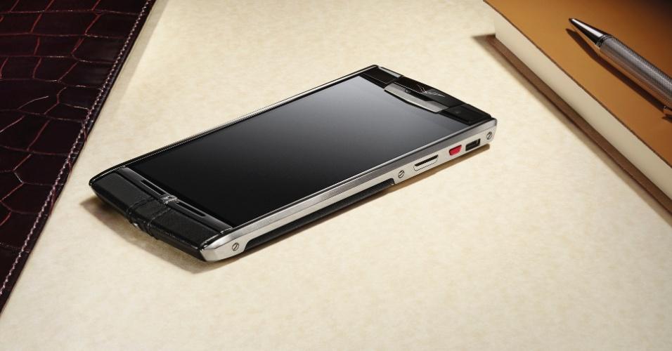 4.jun.2014 - A Vertu, fabricante de smartphones de luxo, lançou o modelo Signature Touch. O aparelho tem sistema Android KitKat, tela de 4,7 polegadas, processador quad-core (quatro núcleos) de 2,3 GHz, 64 GB para armazenamento e conta com um conjunto de duas câmeras, sendo uma de 13 megapixels (traseira) e outra de 2,1 megapixels (frontal)