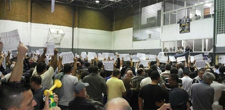 4.jun.2014 - Durante assembleia realizada nesta quarta-feira (4), os metroviários de São Paulo votaram por entrar em greve por tempo indeterminado