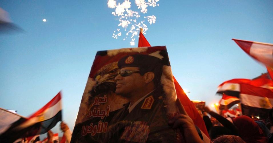 4.jun.2014 - Egípcios comemoram na praça Tahrir, no Cairo, a vitória do ex-chefe do Exército, Abdel Fattah al-Sisi, para a presidência do país, nesta quarta-feira (4). Sisi recebeu quase 97% dos votos, anunciou na terça-feira a comissão eleitoral, confirmando pesquisas que previam uma vitória esmagadora. 47% dos eleitores votou neste pleito
