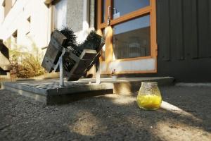 Vista de uma vela acendida na entrada da casa em que a polícia encontrou os corpos de cinco recém-nascidos ou bebês mortos em um sótão, em Oulu (Finlândia)