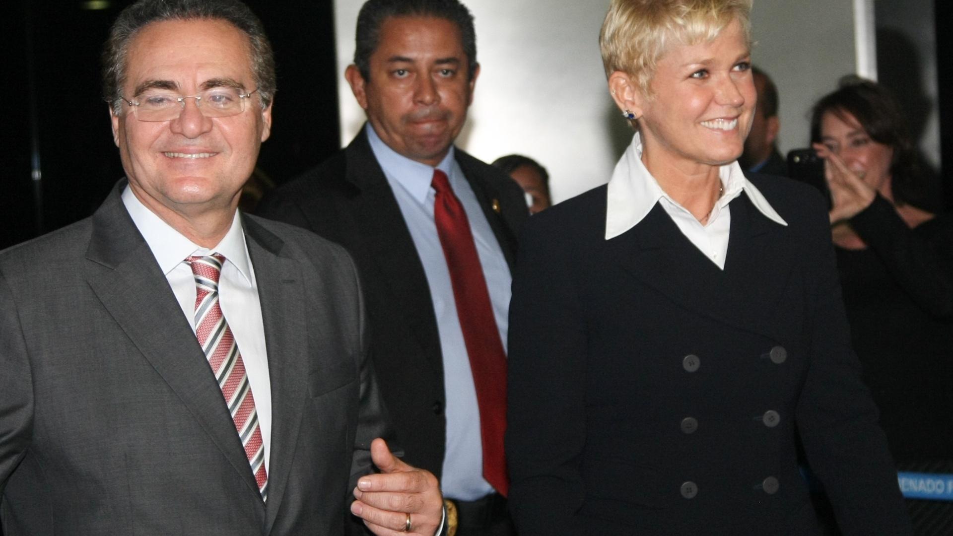 4.jun.2014 - A apresentadora de televisão Xuxa e o senador Renan Calheiros chegam ao Senado, em Brasília, para a votacao no plenário da Lei da Palmada