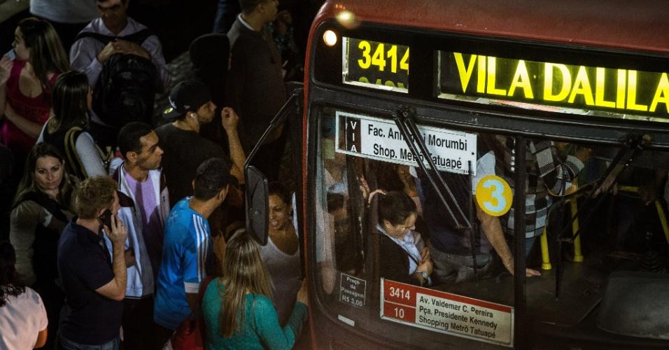 5.jun.2014 - Passageiros que desceram na estação Tatuapé, da CPTM, tentam pegar ônibus no terminal Tatuapé, na zona leste de São Paulo, na noite desta quinta-feira (5), durante greve dos metroviários
