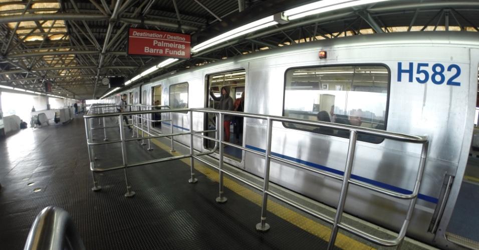 5.jun.2014 - Estação Brás da linha 3-verde do metrô tem plataforma e trens vazios na manhã desta quinta-feira