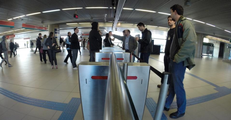 5.jun.2014 - Funcionário orienta passageiro na estação Tamanduatei da linha 4-verde do metrô, na manhã desta quinta-feira.
