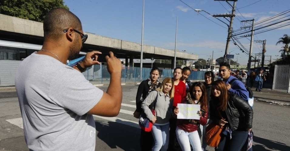 5.jun.2014 - Grupo de funcionários de uma empresa de telemarketing tira foto na estação Jabaquara do metro, enquanto aguardam ônibus fretado durante a greve desta quinta-feira (5). Com o plano de contingência, as linhas 1, 2 e 3 estão funcionando parcialmente