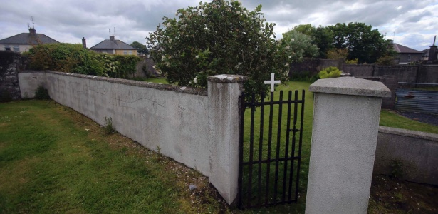 Entrada do local em que foram encontrados quase 800 esqueletos de recém-nascidos ao lado de um antigo convento católico da cidade de Tuam, na Irlanda, que abrigou jovens mães solteiras entre 1925 e 1961