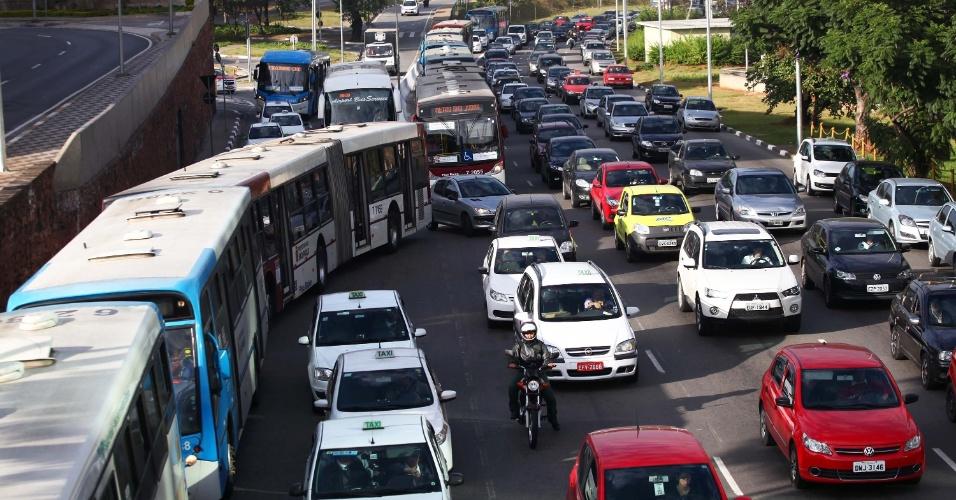 5.jun.2014 - Motoristas enfrentam congestionamento na avenida Washington Luís, próximo ao aeroporto de Congonhas, zona sul de São Paulo, na manhã desta quinta-feira (5)
