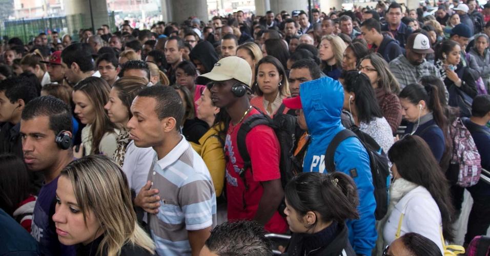 5.jun.2014 - Movimentação intensa de usuários do metrô na estação Capão Redondo, em São Paulo. Os metroviários rejeitaram proposta de reajuste salarial de 8,7% oferecida pelo Metrô de São Paulo (empresa estatal) e pedem 16,5%, mas aceitam reduzir para 10%