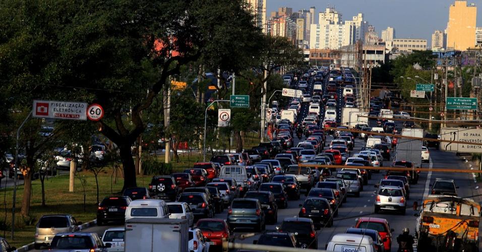 5.jun.2014 - O trânsito da Radial Leste, na zona leste de São Paulo, ficou bastante congestionado no final da tarde desta quinta-feira (5) durante paralisação dos metroviários da capital paulista