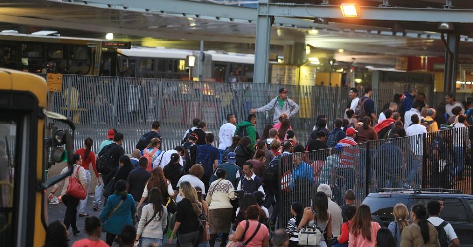 5.jun.2014 - Passageiros chegam ao terminal Parque Dom Pedro 2º, região central de São Paulo,  no final da tarde desta quinta-feira (5) durante greve dos metroviários