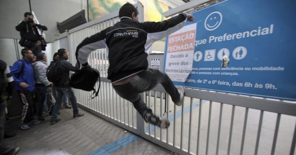 5.jun.2014 - Passageiros chutam um portão de entrada na estação de metrô Itaquera, em São Paulo. Com o plano de contingência, as linhas 1, 2 e 3 do metrô estão funcionando parcialmente na tarde desta quinta-feira (5)