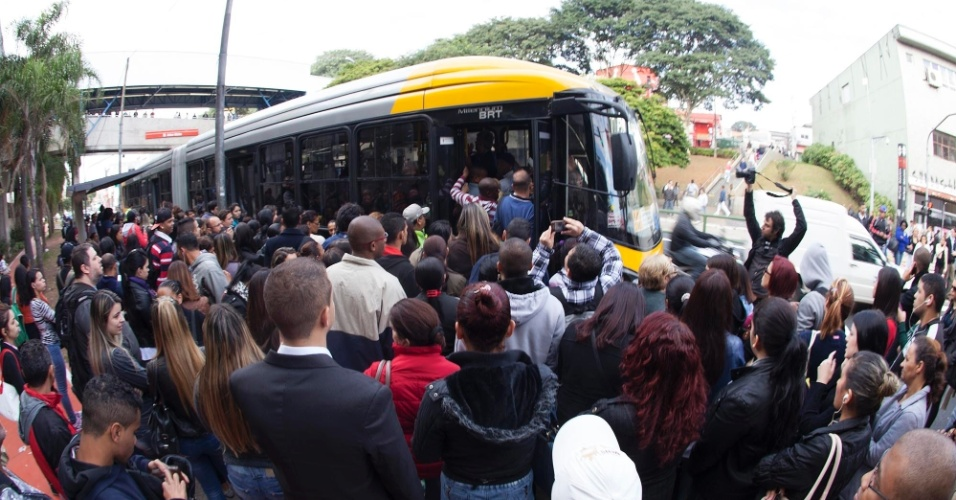 5.jun.2014 - Passageiros se aglomeram para embarcar em ônibus em frente à estação Artur Alvim, na linha 3-vermelha do metrô, nesta quinta-feira (5), durante a greve dos metroviários na cidade