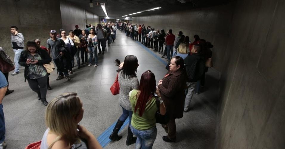 5.jun.2014 - Passageiros formam filas enormes enquanto tentam embarcar na estação República, no centro de São Paulo, no final da tarde desta quinta-feira (5) durante paralisação dos metroviários