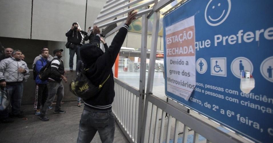 5.jun.2014 - Passageiros quebraram um portão de entrada na estação de metrô Itaquera, em São Paulo. O Metrô de São Paulo remanejou funcionários para operar trens e contornar a greve. Com o plano de contingência, as linhas 1, 2 e 3 estão funcionando parcialmente na tarde desta quinta-feira (5)