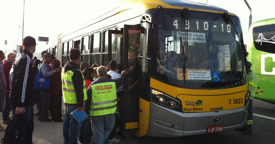 5.jun.2014 - Passageiros tentam embarcar em ônibus no terminal Itaquera, na zona leste de São Paulo. O ônibus segue para o terminal Parque Dom Pedro 2º em manhã de trânsito complicado devido à paralisação de metroviários