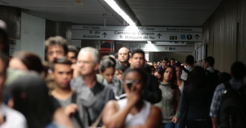 5.jun.2014 - Passageiros tentam embarcar na estação República, no centro de São Paulo, no final da tarde desta quinta-feira (5) durante paralisação dos metroviários