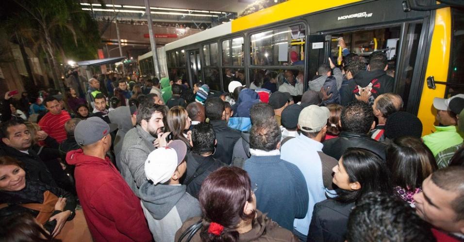 5.jun.2014 - Passageiros tentam pegar ônibus nos arredores da Estação Artur Alvim da Linha 3 - Vermelha do Metrô de São Paulo, que está fechada nesta quinta-feira (5) devido à greve