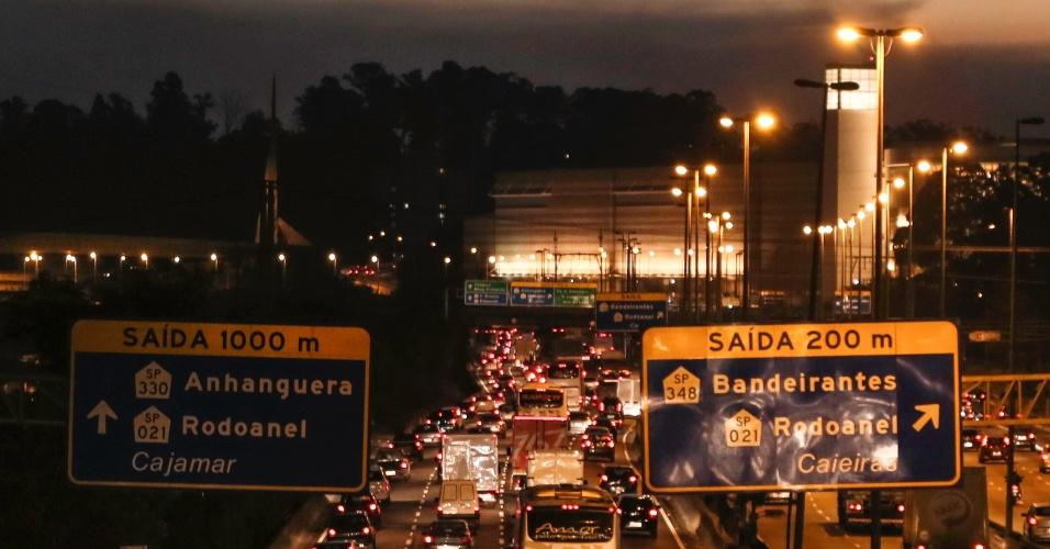 5.jun.2014 - Trânsito fica congestionado na marginal Tietê, sentido Castello Branco, em São Paulo, no início da noite desta quinta-feira (5), durante paralisação dos metroviários