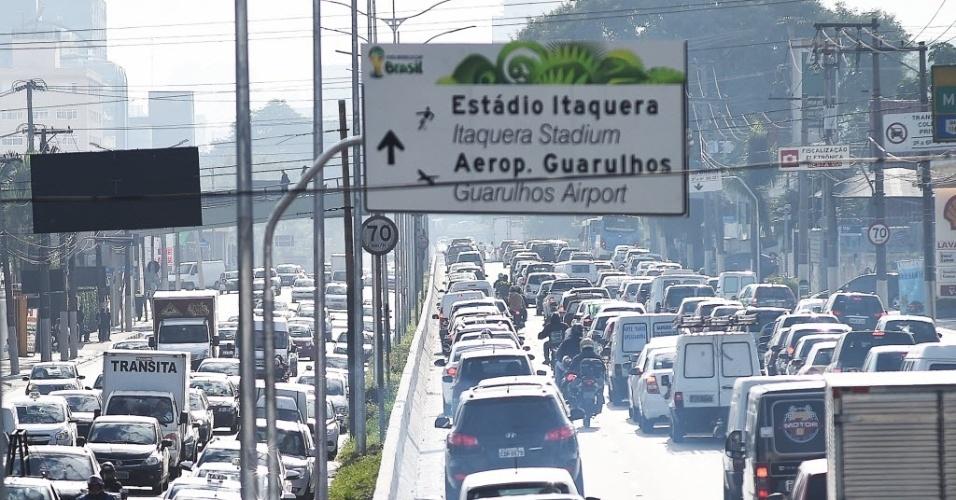 5.jun.2014 - Trânsito intenso nos dois sentidos da avenida Moreira Guimarães próximo ao aeroporto de Congonhas, em São Paulo.  O trânsito na capital paulista bateu recorde de lentidão para o período da manhã em 2014 nesta quinta-feira (5), de acordo com dados da CET (Companhia de Engenharia de Tráfego). Às 9h30, a cidade registrou 209 km de lentidão, o terceiro pior índice para o período desde que as medições foram iniciadas, em 1994. Por volta de 10h, o índice caiu para 204 km