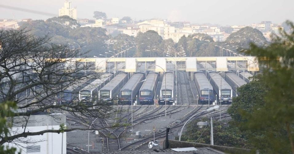 5.jun.2014 - Trens do metrô permanecem no pátio de manobras, no Jabaquara, em São Paulo, durante a greve desta quinta-feira (5). Com o plano de contingência, as linhas 1, 2 e 3 estão funcionando parcialmente