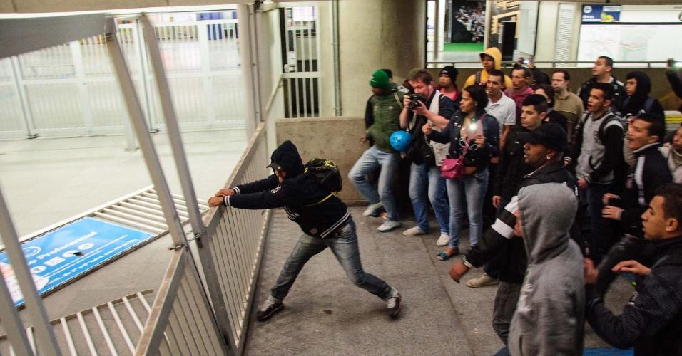 5.jun.2014 -A estação Corinthians-Itaquera da CPTM, na zona leste de São Paulo, que está fechada para embarque e desembarque, foi invadida por passageiros nesta quinta-feira. Passageiros chegaram a descer aos trilhos e foram retirados pela equipe de segurança do local. Às 7h40 a estação foi reaberta para os usuários