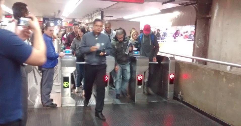 6.jun.2014 - A estação Corinthians-Itaquera da CPTM foi aberta às 7h20 desta sexta-feira. Não houve tumulto e o movimento é tranquilo