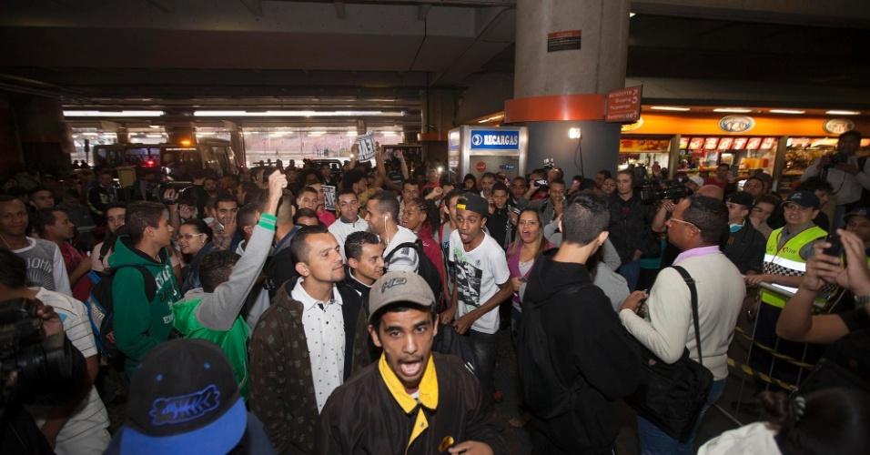 6.jun.2014 - A estação Itaquera de trem abriu às 7h15, neste segundo dia de greve dos metroviários de São Paulo. Na quinta-feira (5) ela foi fechada preventivamente, o que resultou em tumultos e depredação no local